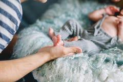 behandla som ett barn lyckliga nyfödda föräldrar Royaltyfria Foton