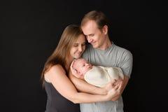 behandla som ett barn lyckliga nyfödda föräldrar Fotografering för Bildbyråer