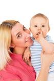 Behandla som ett barn lyckliga pressar för en moder stramt Arkivbild