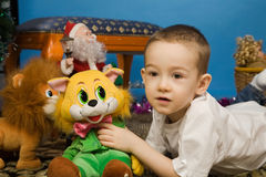 behandla som ett barn lyckliga toys Arkivfoton