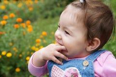 behandla som ett barn lyckligt Arkivfoto