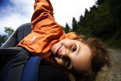 behandla som ett barn lyckligt barn för bärareflickan Arkivbild
