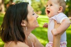 behandla som ett barn lyckligt henne att le för moder Arkivfoto