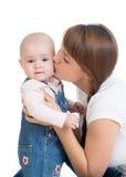 behandla som ett barn lyckligt henne den kyssande modern Royaltyfria Bilder