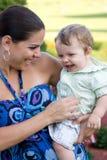 behandla som ett barn lyckligt henne holdingmodern Arkivfoton