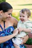 behandla som ett barn lyckligt henne holdingmodern Royaltyfri Fotografi