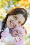 behandla som ett barn lyckligt henne modern Royaltyfria Foton