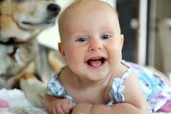 behandla som ett barn lyckligt le för flicka Arkivbild