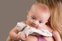behandla som ett barn lyckligt le för gladlynt flicka Arkivfoto