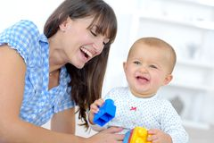 behandla som ett barn lyckligt leka för moder Royaltyfri Fotografi