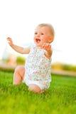 behandla som ett barn lyckligt leka för gräs Arkivfoton