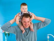 behandla som ett barn lyckligt lyfta för fader Arkivbild