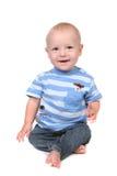 behandla som ett barn lyckligt sittande le för pojke Arkivfoto