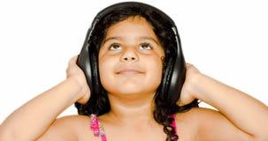 Behandla som ett barn lyssnande musik för flickan Royaltyfri Foto