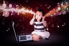 Behandla som ett barn lyssnande musik för pojken Royaltyfri Bild