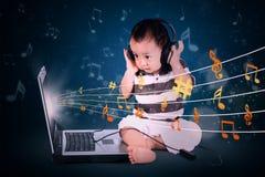 behandla som ett barn lyssnande musik för pojken till Royaltyfri Fotografi