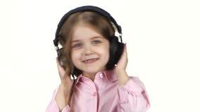 Behandla som ett barn lyssnar musik på hörlurar och skakar huvudet, slut ups arkivfilmer