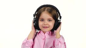 Behandla som ett barn lyssnar musik på hörlurar och skakar huvudet, ultrarapid lager videofilmer