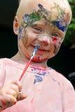 Behandla som ett barn måla hans framsida Arkivbild