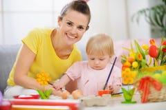 behandla som ett barn målningen för modern för easter ägg den lyckliga hjälpande Arkivbild