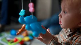 Behandla som ett barn 10 månader som hemma spelar med leksaker arkivfilmer