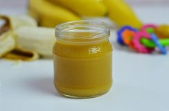 Behandla som ett barn mat, bananen mosade potatisar och bananer på en vit bakgrund som den isoleras Arkivfoto