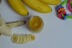 Behandla som ett barn mat, bananen mosade potatisar och bananer på en vit bakgrund som den isoleras Royaltyfri Bild