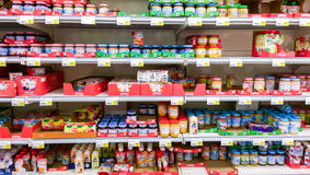 Behandla som ett barn mat i en suomisupermarketS-marknad, i Tammerfors Arkivfoton