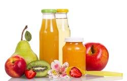 Behandla som ett barn mat-, puré- och fruktfruktsafter i isolerade glasflaskor Arkivbild