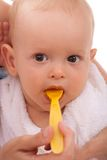 behandla som ett barn mata henne att använda för modersonsked Royaltyfria Bilder