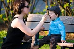 behandla som ett barn mata henne litet modersonbarn Royaltyfria Bilder