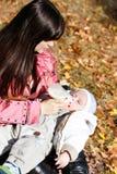 behandla som ett barn mata henne modern Royaltyfria Bilder