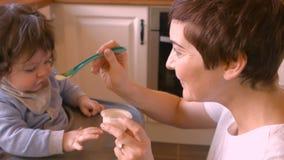 behandla som ett barn mata henne modern lager videofilmer