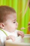 behandla som ett barn mata henne modersonen Royaltyfri Fotografi