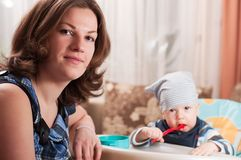 behandla som ett barn mata henne ståendekvinnabarn Royaltyfri Foto