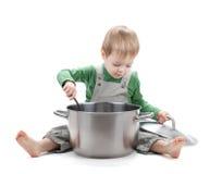 behandla som ett barn matlagning arkivbild