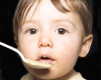 behandla som ett barn matning royaltyfri foto