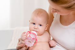 behandla som ett barn matning Behandla som ett barn att äta mjölkar från flaskan Royaltyfria Bilder