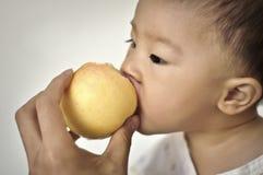 behandla som ett barn matningsföräldern Arkivbild