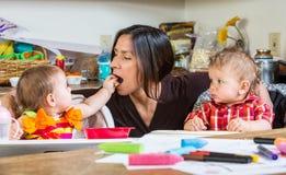 Behandla som ett barn matningsmodern Royaltyfri Bild