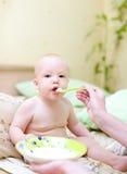 behandla som ett barn matningsmoderporridge Royaltyfri Bild