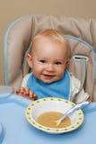 behandla som ett barn matningstid Arkivbild