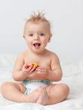 Behandla som ett barn med äpplet Fotografering för Bildbyråer
