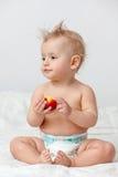 Behandla som ett barn med äpplet arkivbild