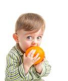 Behandla som ett barn med apelsinen Arkivbild