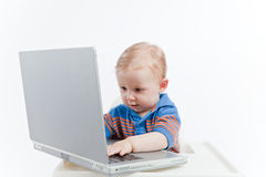 Behandla som ett barn med bärbar dator Royaltyfri Fotografi