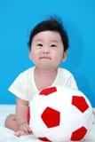 Behandla som ett barn med bollen Royaltyfri Foto
