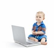 Behandla som ett barn med bärbar dator Royaltyfri Foto