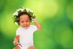 Behandla som ett barn med den blom- kransen Begrepp för miljöskydd Royaltyfria Foton