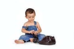 Behandla som ett barn med den gamla telefonen Royaltyfri Bild